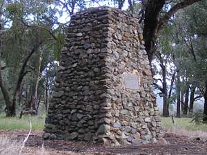 Hume &  Hovell Cairn image pb060189 182KB